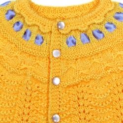 Brassière vue de dos, boutons ronds nacré, ruban satin à l'encolure, finition écailles au crochet