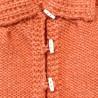 Bandes de boutonnage avec boutons bûchettes blancs et brides dur le devant de la veste bébé fille