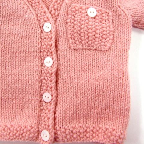Gilet bébé fille devant avec ses boutons de nacre et sa petite poche en point de riz