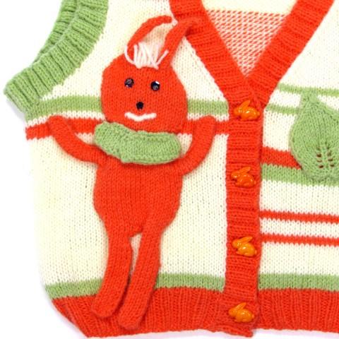 Détail du grand lapin orange sur le gilet de bébé fermé par des boutons lapins