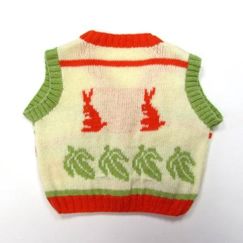 Dos du gilet bébé avec feuilles vert olive et lapins assis en tricot