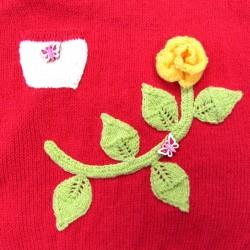 Détail rose jaune sur sa tige  et feuilles vertes petite poche blanche avec bouton papillon