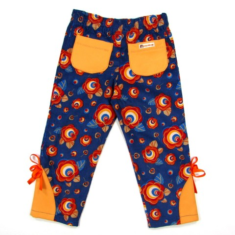Pantalon bébé de dos velours bleu avec des fleurs rouges poches en daim orange sur les fesses