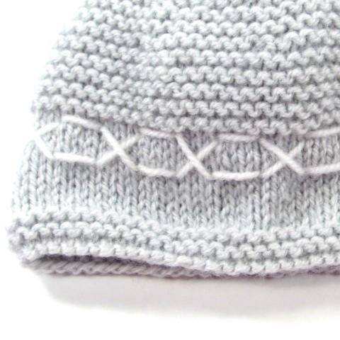 Broderie blanche au bord du bonnet gris perle pour bébé garçon prématuré
